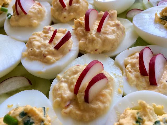 jaja nadziewane rzodkiewką i szczypiorkiem