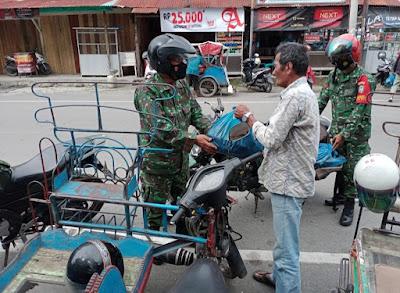Berkurangnya Pendapatan Di Masa Pandemi, Juru Parkir Dan Abang Becak Di Aceh Barat Dapat Ubi Dari Anggota TNl
