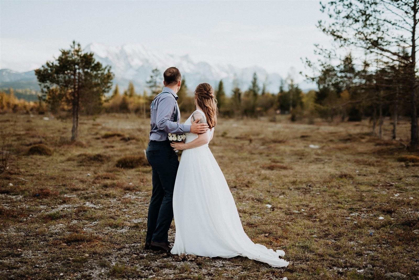 bride and groom, Mountain wedding, Berghochzeit, destination wedding Bavaria, Wallgau, photo credit Magnus Winterholler Gipfelliebe, wedding planner Uschi Glas 4 weddings & events