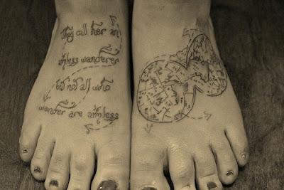 тату и карта на ногах