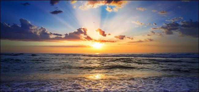 شروق الشمس أو غروب الشمس في المحيط