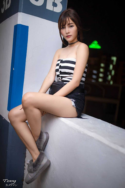 Thơ thẩn trước người đẹp Thái Lan có khuôn mặt đáng yêu, làn da trắng bóc trong bãi đỗ xe