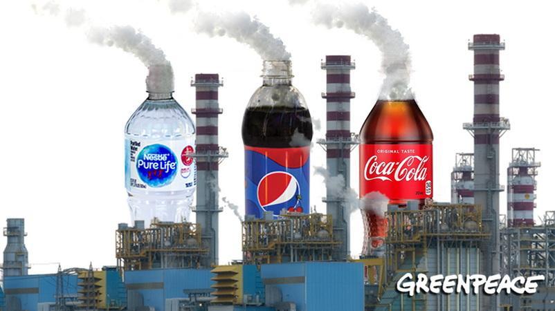 Ξέρεις τι κρύβεται πίσω από τα μπουκάλια της Coca-cola, της Nestle και της Pepsi;