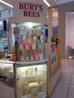 Burt's Bees Kiosk in Panama - www.modenmakeup.com