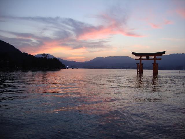 il tramonto rosa dietro al torii