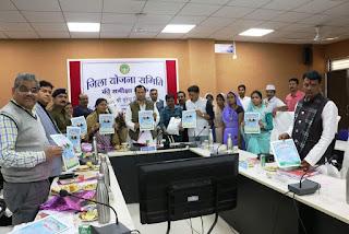 प्रभारी मंत्री श्री बघेल ने अलीराजपुर वर्मी कम्पोस्ट जैविक खाद के ब्रोषर का विमोचन किया