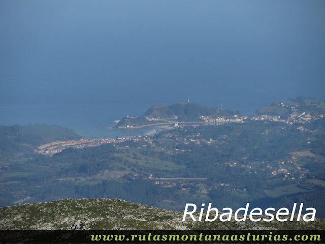 Ruta Pienzu por Mirador Fito y Biescona: Vista de Ribadesella desde el Pienzu