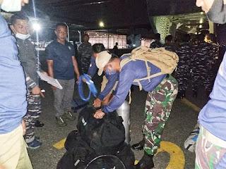 Team Kopaska dan Dislambair Koarmada II Bantu Evakuasi Korban Banjir Kab Tanah Laut