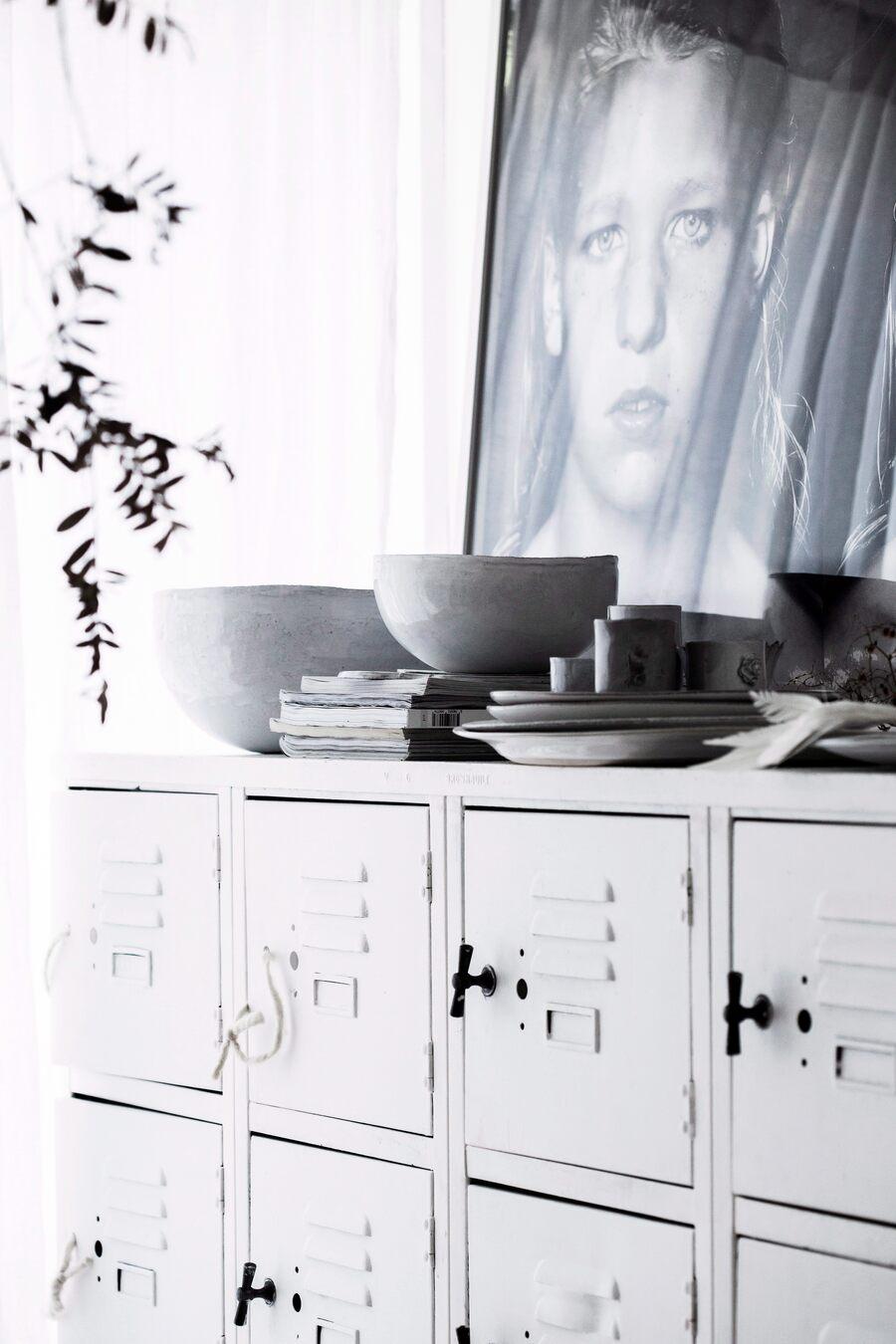Mueble blanco estilo industrial y cerámicas