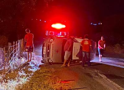 Em Olho D'Água do Casado, três pessoas  ficam levemente feridas após ambulância tombar na AL-220