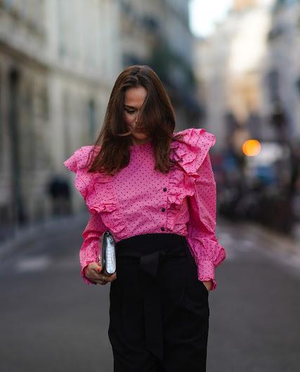 Moda en rosa primavera 2021 blusa rosa y falda negra