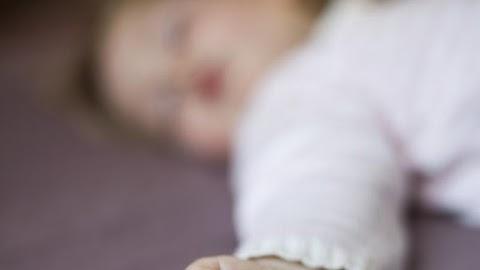 Magára hagytak egy síró gyereket Veszprémben egy parkoló autóban – Az apa ezzel magyarázta a tettét