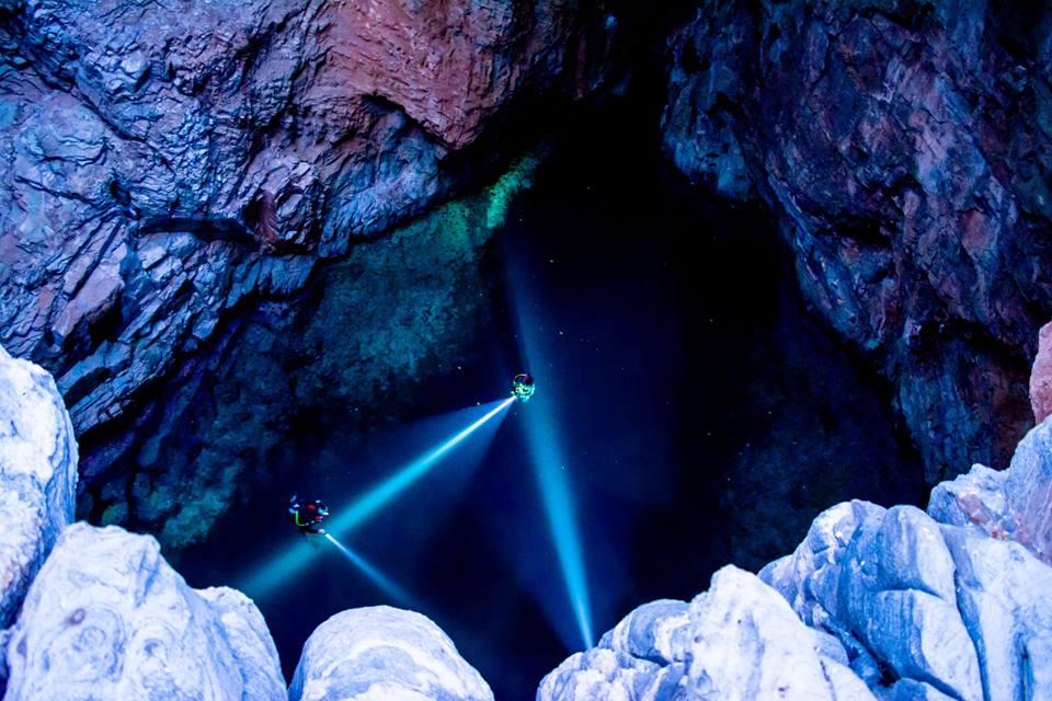 Το μοβ σπήλαιο πήρε την ονομασία του από τα μοβ θαλάσσια φυτά που υπάρχουν στο εσωτερικό του