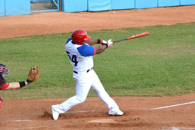 Batea Alfredo Despaigne en su debut en la actual Serie Nacional de Béisbol. Foto: Armando Contreras