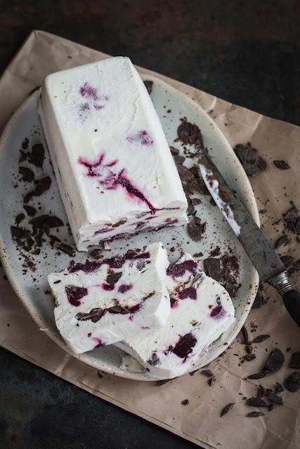 Glace sans sorbetière aux cerises et au chocolat