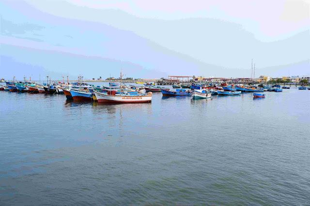 porto de barcos pesqueiros atracados no mar