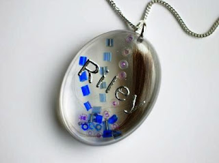 Colourful and personalised pendant for a lock of hair