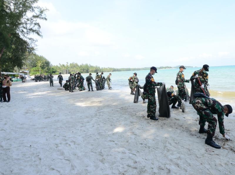 Taruna dan Taruni AAL Angkatan LXVII Lakukan Aksi Bersih-berish Pantai dan Tanam Mangrove