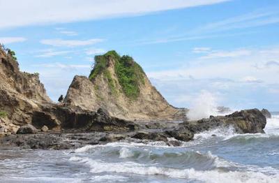 Pantai yang masih jarang di datangi ini berada di Malang Selatan tepatnya di d Pantai jonggring saloko Malang yang sangat terkenal dengan panorama alamnya