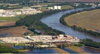 flood wall collapses at ft calhoun nuclear reactor