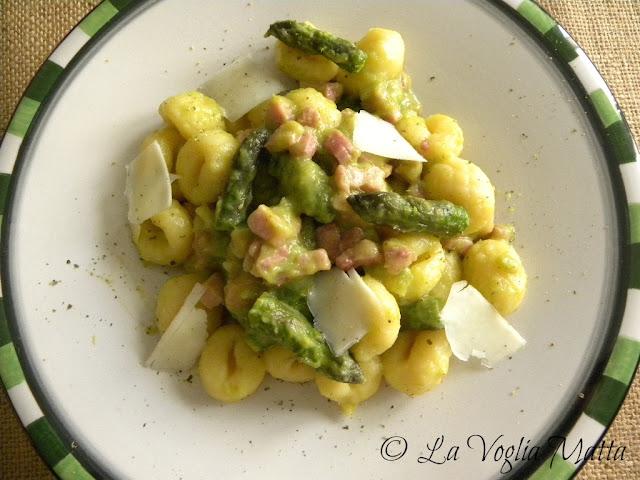 gnocchi con pancetta asparagi e scaglie di pecorino