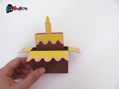 bigliettino di auguri pop up con una torta di compleanno