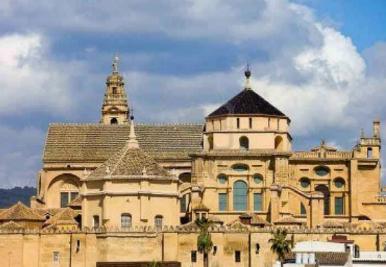 Katedral (the Cathedral) dan bekas Masjid Besar Cordoba (Great Mosque of Córdoba), dalam istilah ecclesiastic disebut Catedral de Nuestra Señora de la Asunción (Inggris:Cathedral of Our Lady of the Assumption), dan dikenal oleh masyarakat Cordoba dengan nama Mezquita-Catedral (Inggris: Mosque–Cathedral), adalah salah satu situs warisan dunia dan katedral diocese of Cordoba