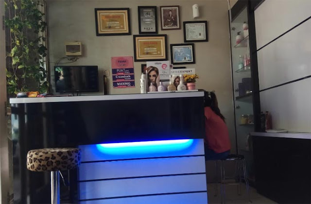 Bagi perempuan, salon boleh dibilang tempat yang wajib dikunjungi. Di Kota Banjarbaru, banyak penyedia jasa perawatan yang menawarkan beragam treatment kencatikan dan kesehatan kulit.