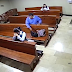 Hombre roba celular en iglesia y se persigna antes de salir.