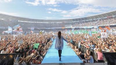 Cristina Kirchner e uma multidão no estádio do Racing