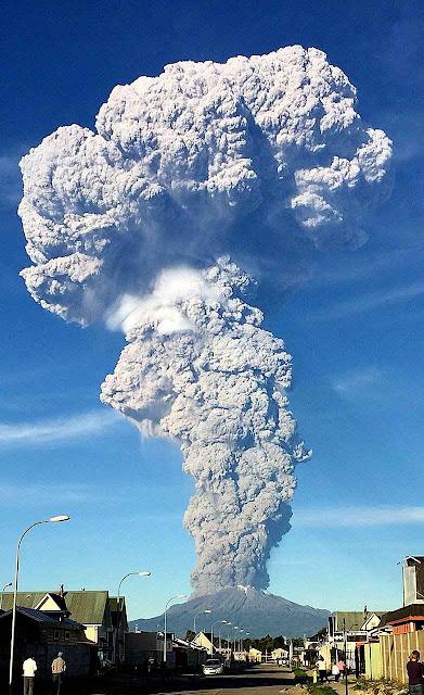 Erupção do vulcão Calbuco, Chile, 23-04-2015. As emissões dessa erupção ainda que moderada superam espantosamente as das chaminés industriais