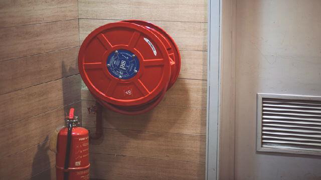 Lắp đặt thiết bị báo khói trong tầng hầm
