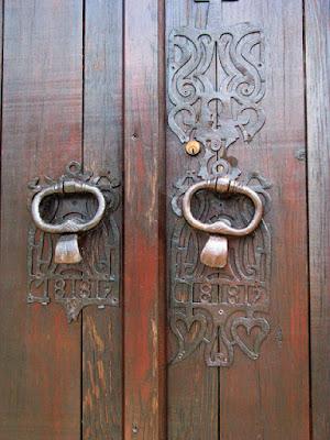 pormenor de porta e maçanetas