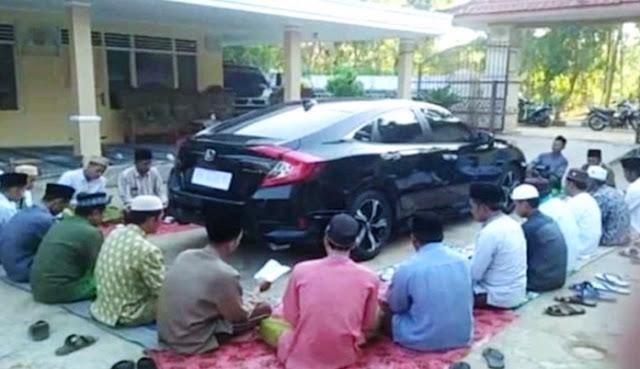 Heboh! Warga Gelar Doa Bersama Sambil Kelilingi Mobil Baru, Netizen: Kayak Ka'bah Aja Pake Dikelilingi