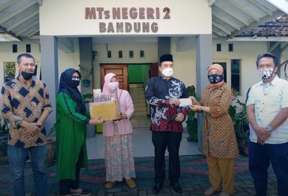 H. Erwin SE Berikan Bantuan 15 Unit Smartphone dan Mesin Pompa Air Submersible di Sekolah MTSN 2 Bandung