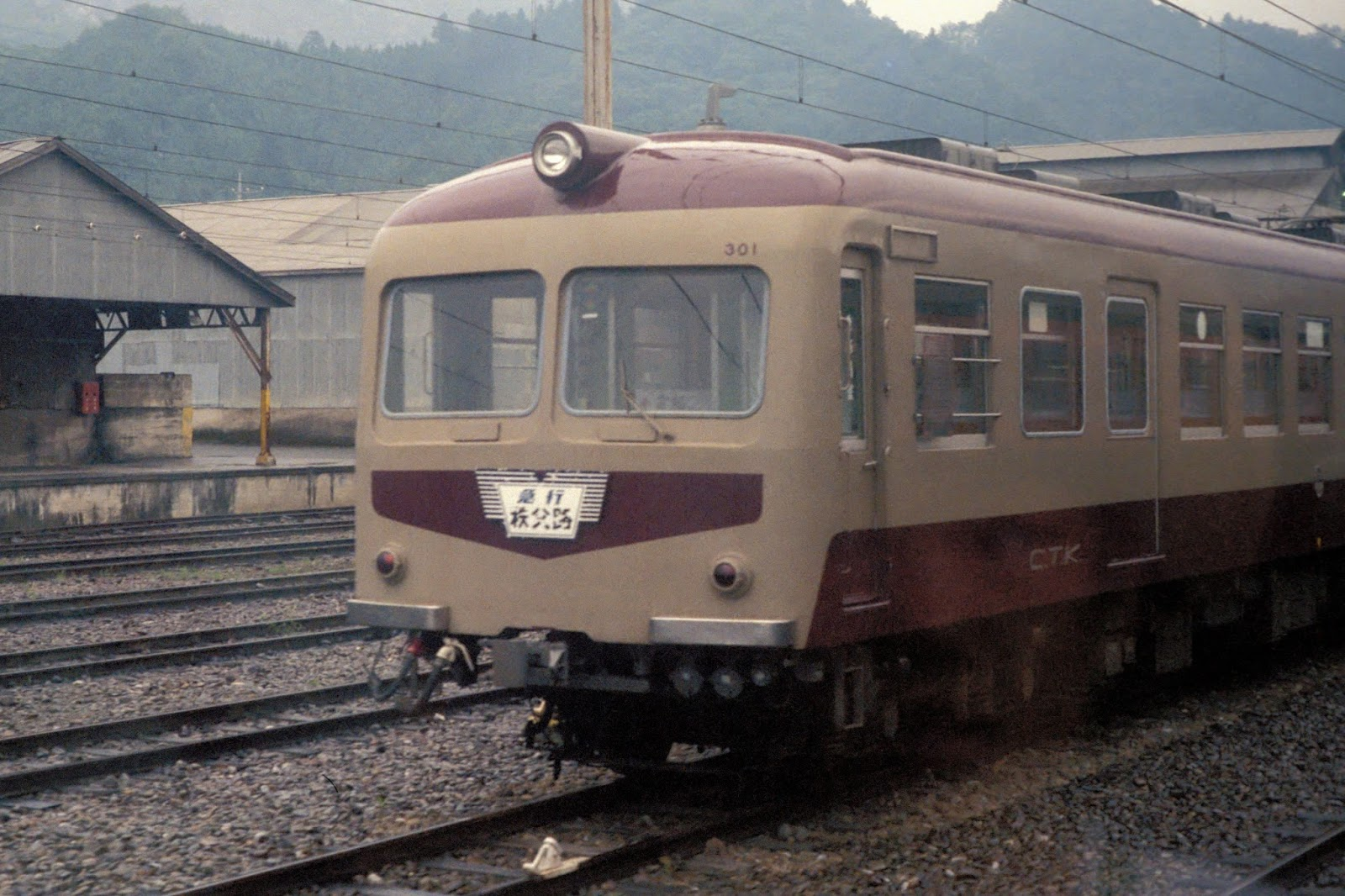 CTK_series300_301F_Deha301_at_Kagemori_stn_Aug_1986
