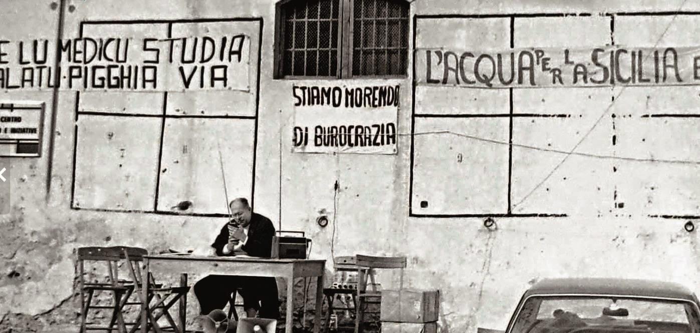 Danilo Dolci davanti a Palazzo Scalia (1970).
