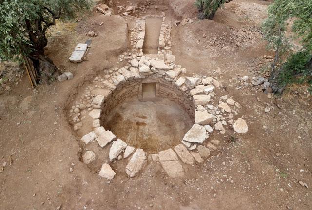 Ο θολωτός τάφος στη θέση Άμπλιανος Άμφισσας με τα πρώτα στοιχεία.