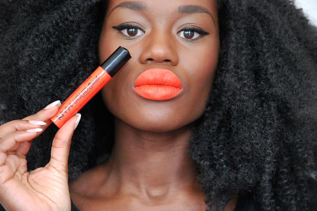 Swatch nyx liquid suede, swatch lipstick, rouge à lèvre peau noire, nyx, orange rouge à lèvres