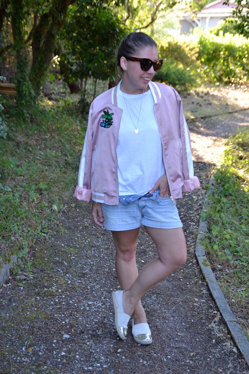 bomber rose Palmier like Maje, t-shirt blanc Stradivarius, lunette aliexpress, collier l'atelier d'amaya, espadrille zara doré et beige