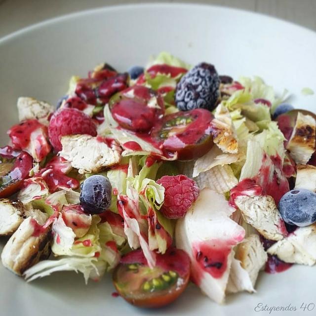 ensalada-de-pollo-con-frutos-rojos