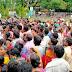 प्रतिदिन टीकाकरण नहीं होने के कारण टीका लेने वाले लोगों की जुटी भीड़