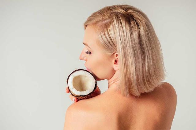 10 utilisations de l'huile de noix de coco dans les cosmétiques natu