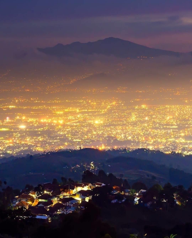 Menikmati Keindahan Malam Kota Bandung