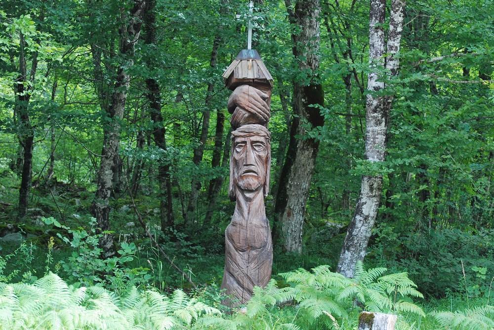 un totem en bois nous accueille dans la vaste forêt de Kocevski