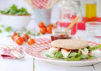 Sándwich Thins de queso fresco con rúcula y chutney de tomate
