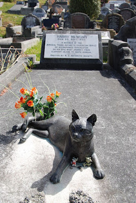 Statue of Mrs. Chippy on Harry McNish's grave