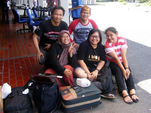 Crew Blogfam di salah satu sudut bandara