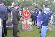 Peringati HUT Ke 76 TNI , Panglima Ziarah Nasional Dan Tabur Bunga Di TMPNU Kalibata