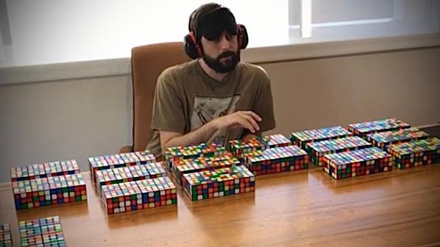 Graham Siggins dari Amerika Serikat menyelesaikan 160 rubik's cube dengan mata tertutup